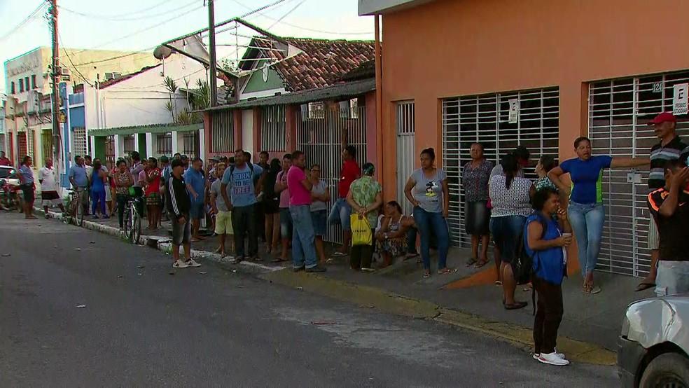 A fila para o recadastramento em São Lourenço da Mata começou às 22h da segunda-feira. Várias pessoas dormiram no local (Foto: Reprodução/TV Globo)