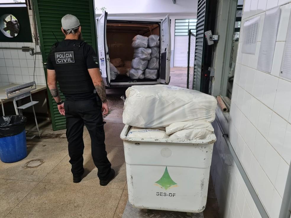 Policial civil em operação que investiga fraude em lavanderia de hospital do DF — Foto: PCDF/Divulgação