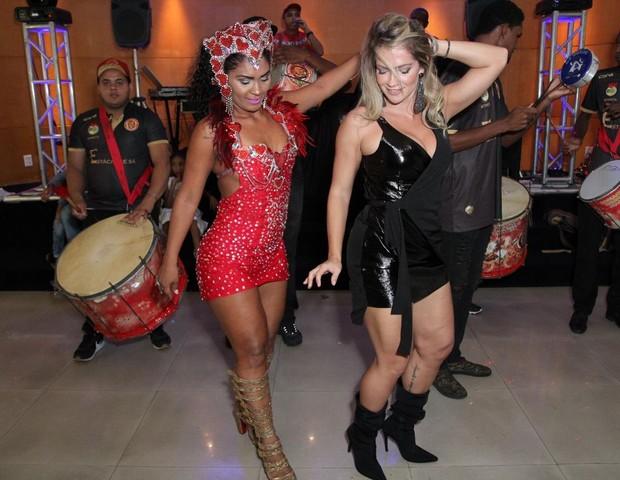 Fani Pacheco samba com a rainha de bateria Leila Barros (Foto: Guimarães Assessoria/Divulgação)