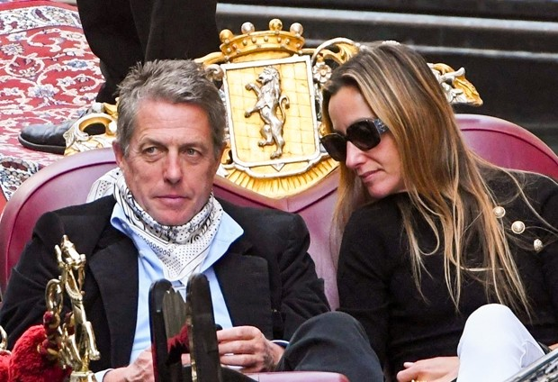 Hugh Grant e Anna Elisabet Eberstein (Foto: The Grosby Group)