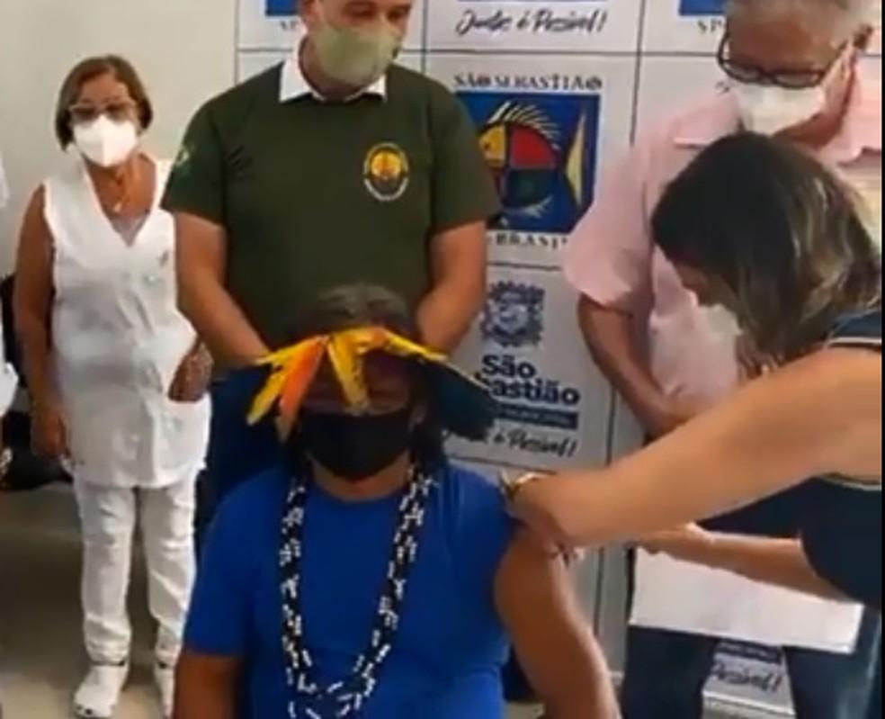 O primeiro representante de um povo indígena da região recebeu a vacina — Foto: Reprodução/Felipe Augusto