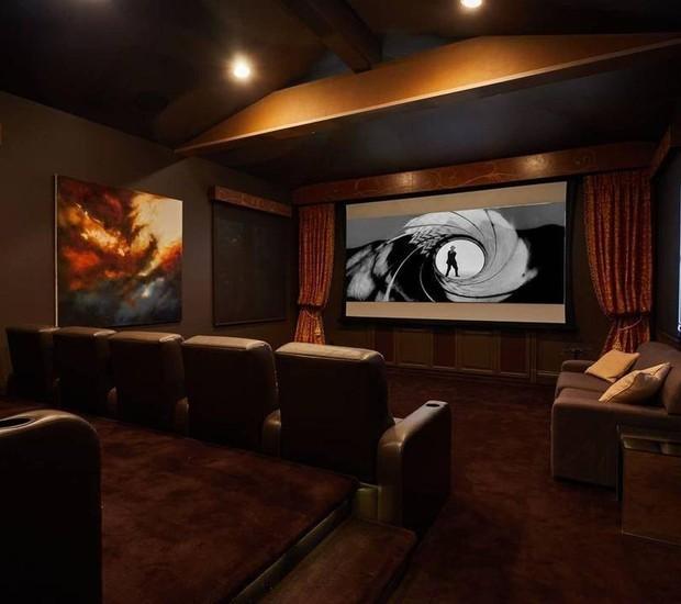 Diferentemente do resto da casa, a sala de cinema é moderna e tecnológica (Foto: The MLS/ Reprodução)