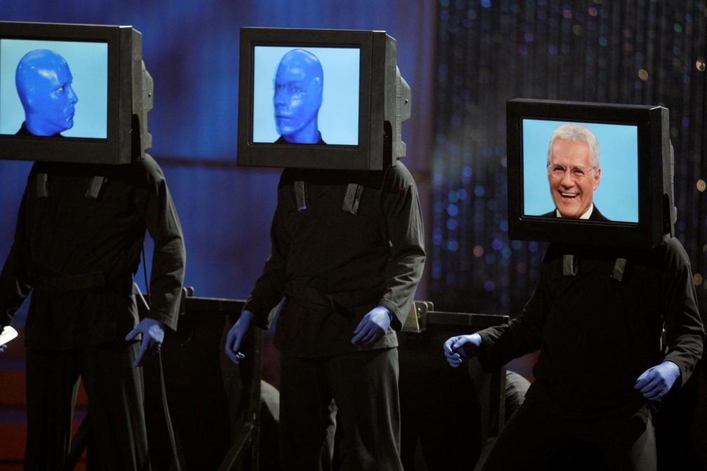 Membros do 'Blue Man Group' apresentam Alex Trebek, visto na 3ª tela, durante o 37º show Annual Daytime Emmy Awards em Las Vegas, Nevada, em junho de 2010   — Foto: Steve Marcus/Reuters/Arquivo