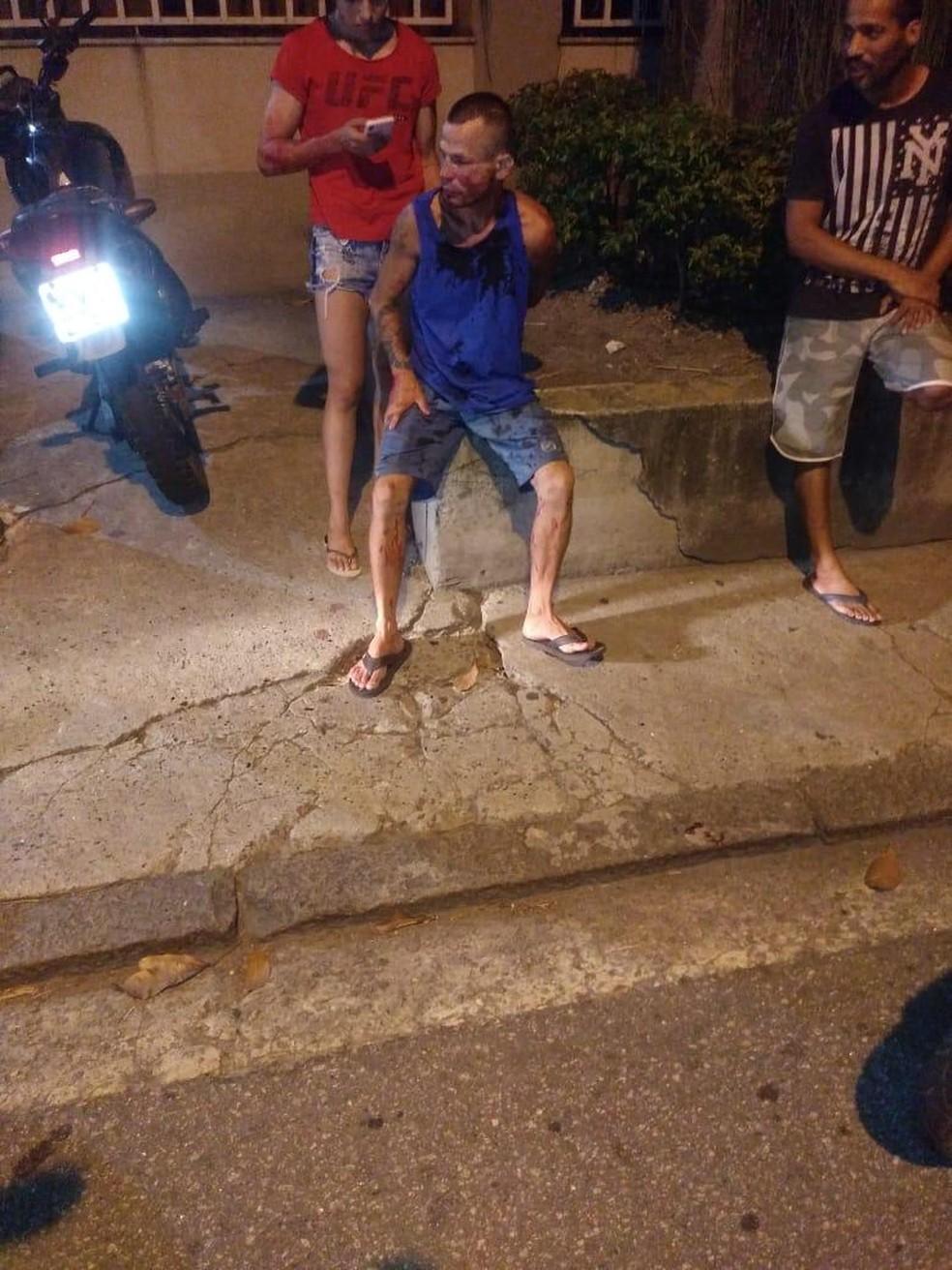 Max Gadelha Barbosa sendo seguro por Polyana Viana após a tentativa de assalto — Foto: Arquivo pessoal
