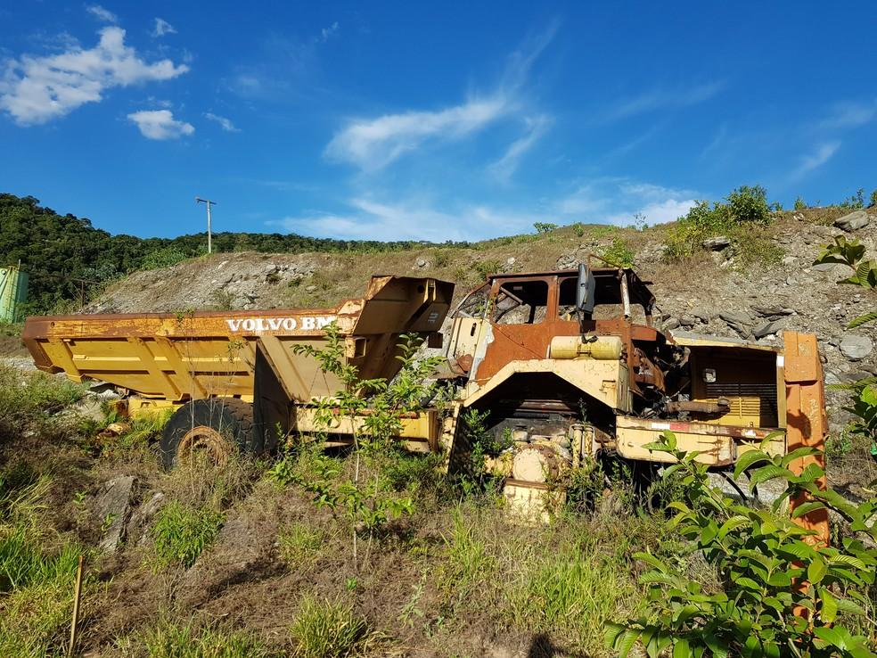 Caminhão abandonado na área da Mundo Mineração em Rio Acima — Foto: Humberto Trajano/G1