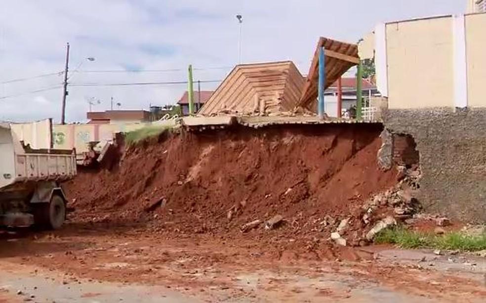Muro de escola caiu durante chuva em Varginha (MG). (Foto: Reprodução/EPTV)