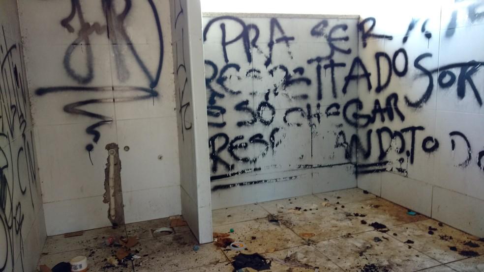 Banheiros ao lado da pista de skate do CFO estão tomados por fezes e sujeira (Foto: Juscelino Filho/G1)