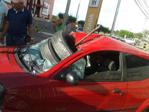 Carro atingido por pneus (Foto: Nilton Yamane Barros/Arquivo Pessoal)