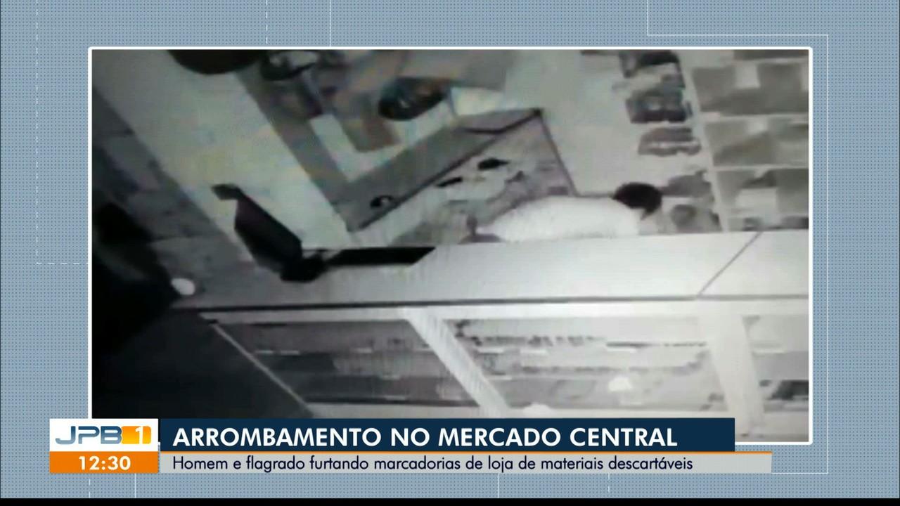 Homem é flagrado furtando mercadorias em loja de João Pessoa