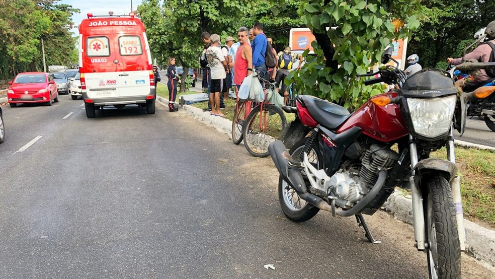 Motociclista não resistiu ao impacto e morreu na manhã desta quinta-feira na av. Tancredo Neves, em João Pessoa (Foto: Walter Paparazzo/G1)