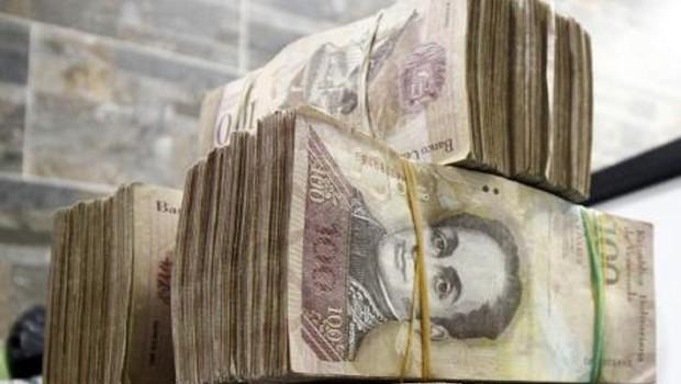 Maços de bolivares, moeda da Venezuela (Foto: EFE)