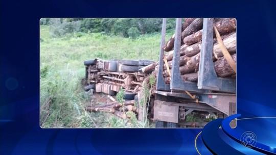 Batida frontal entre caminhões deixa motorista ferido em rodovia de Guapiara