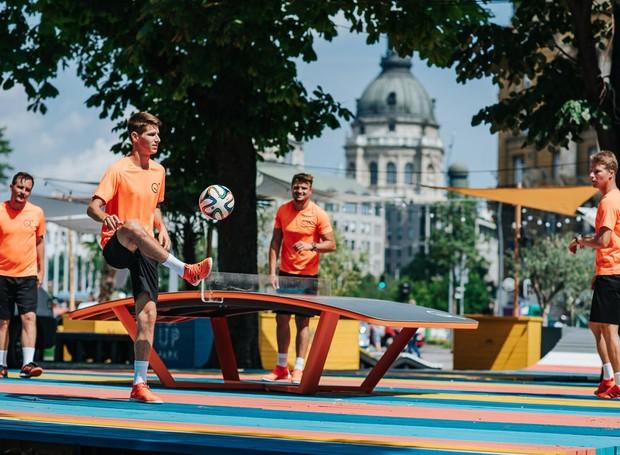 O Teqball é um esporte inventado pelos húngaros. Trata-se de um tipo de pingue-pongue misturado como o nosso futevôlei (Foto: Hello Wood/Reprodução)