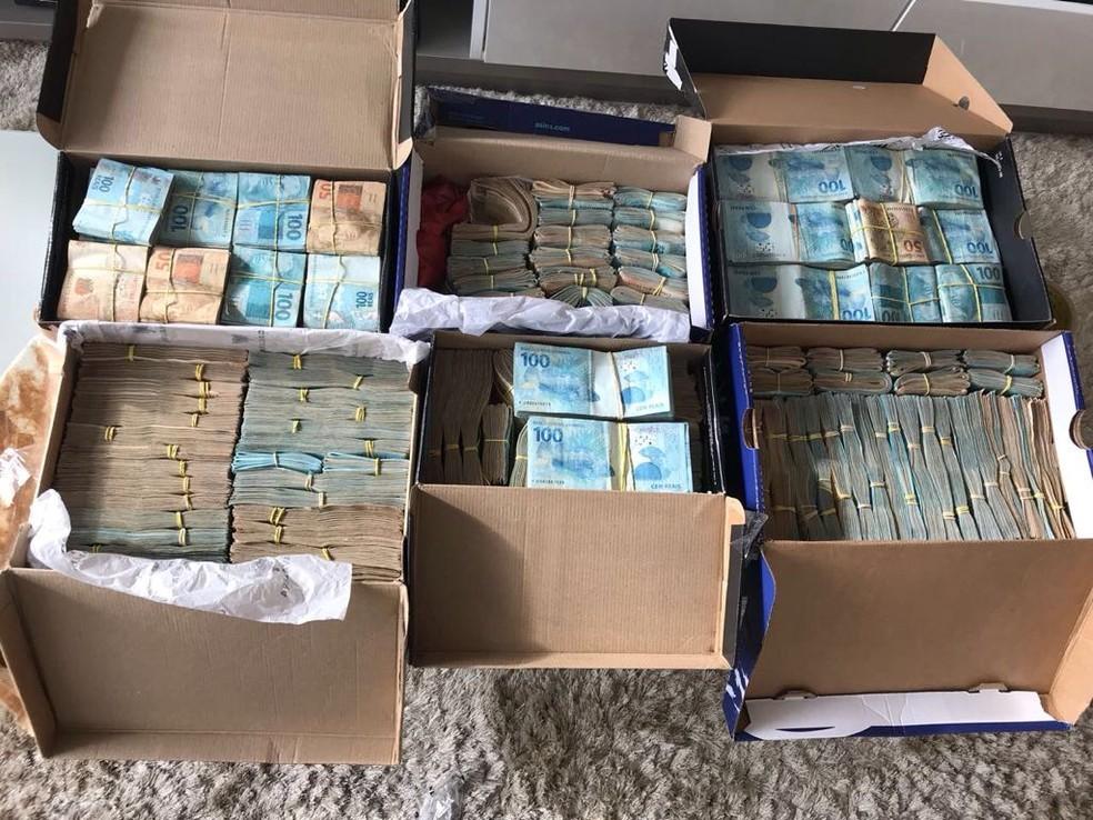 Caixas de sapato com dinheiro em moedas nacionais e internacionais foram encontradas na casa de um dos investigados da Operação Ratatouille (Foto: Divulgação/Polícia Civil)