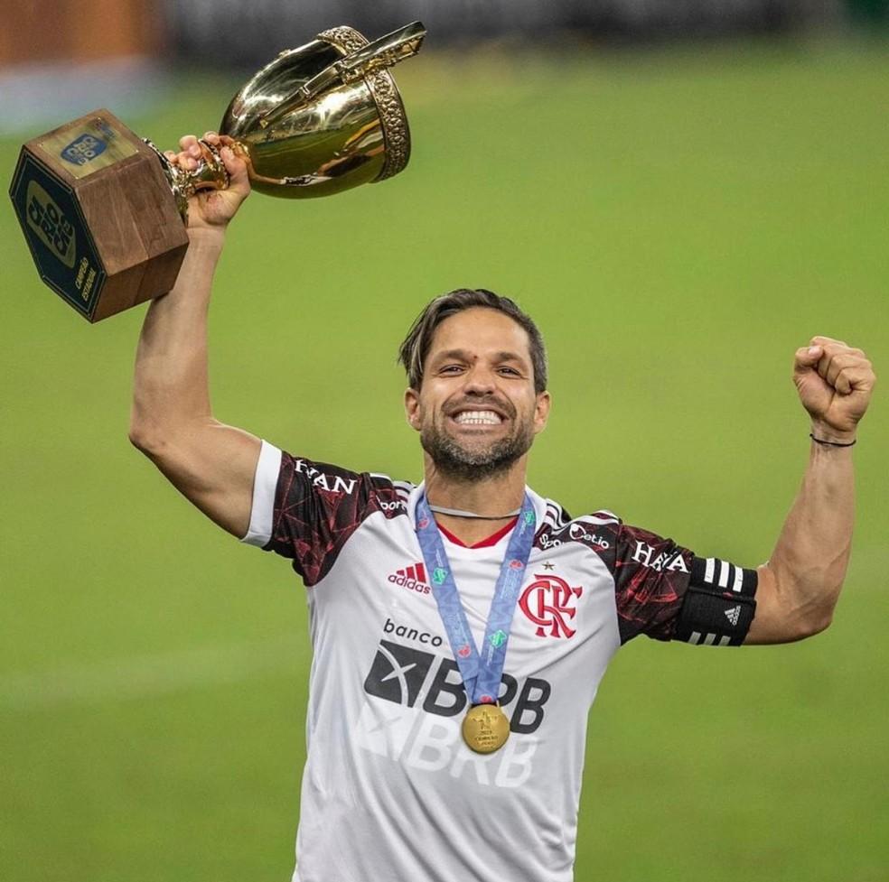 Diego Ribas ergue o décimo troféu com a camisa do Flamengo — Foto: Pedro Martins / Foto FC