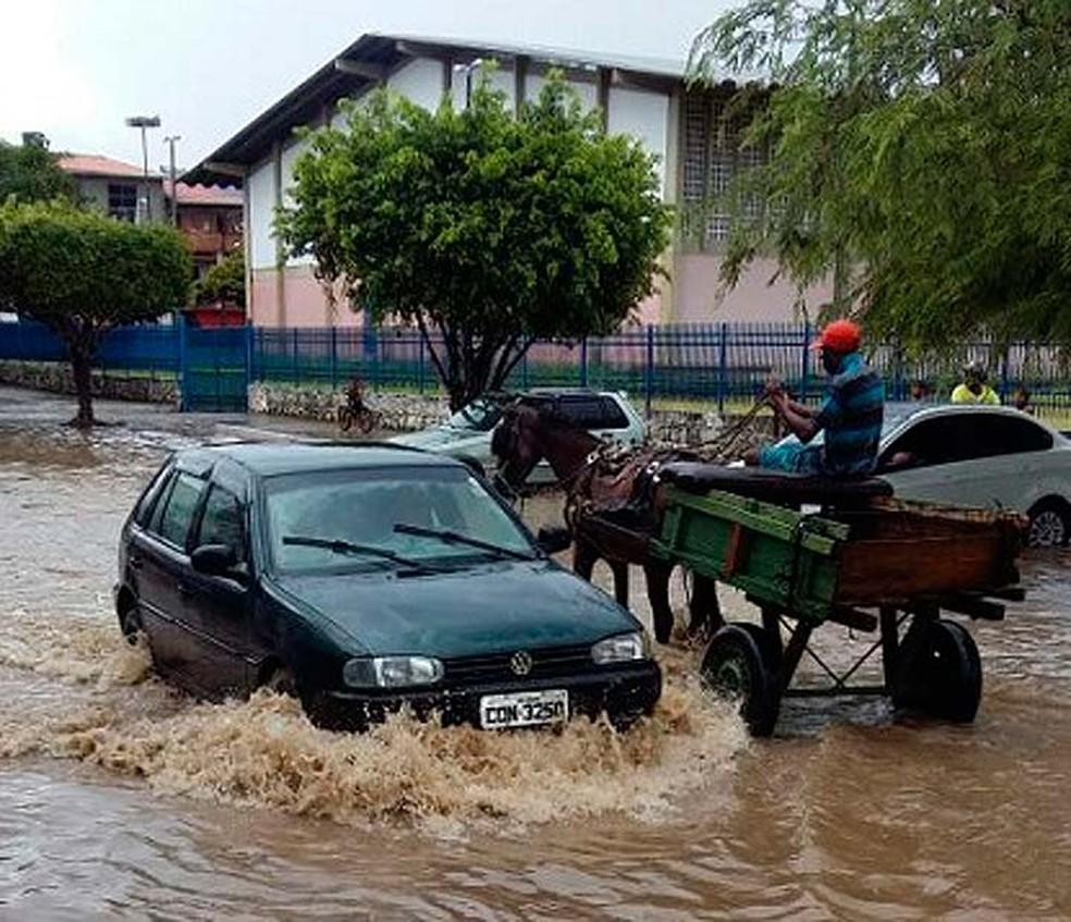 Ruas de Ipiaú ficaram alagadas após temporal atingir cidade na terça-feira (9) (Foto: Giro Ipiaú)
