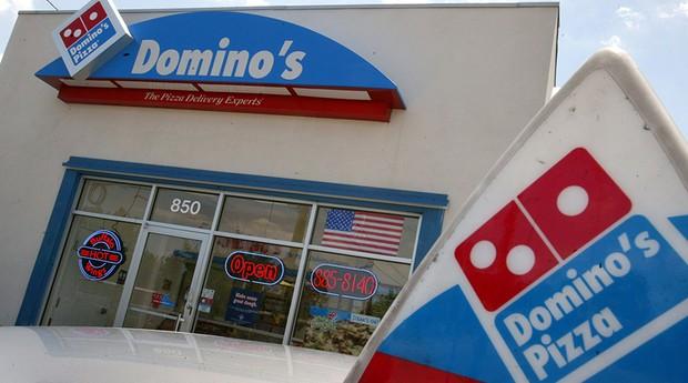 O logo da Domino's, rede de pizzaria norte-americana, permaneceu o mesmo desde seu lançamento em 1960. O desenho traz uma caixa com o nome da empresa e uma peça de dominó dentro. (Foto: Getty Images)