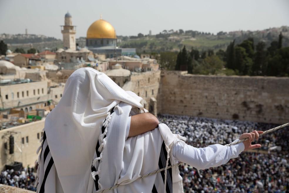 Em imagem de 12 de abril, homens judeus participam de bençãos no muro das lamentações, em Jerusalém  (Foto: Ariel Schalit/ AP)