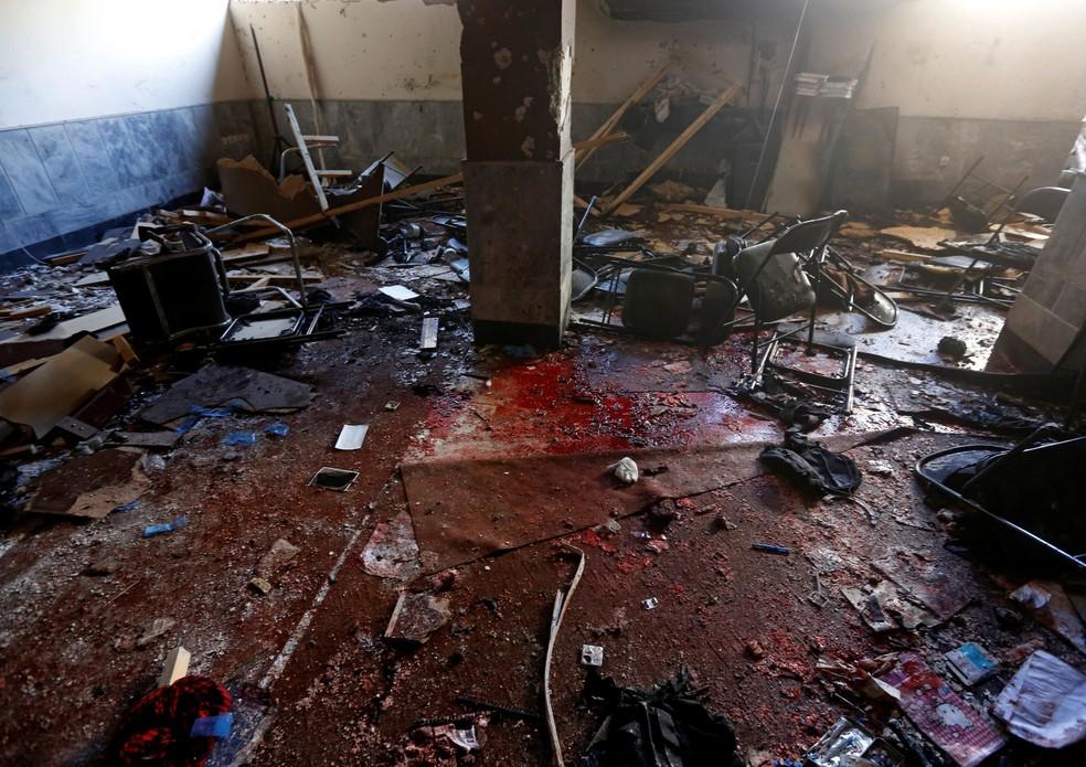 Local de ataque suicida em Cabul, no Afeganistão, ficou completamente sujo de sangue  (Foto: Omar Sobhani/ Reuters)