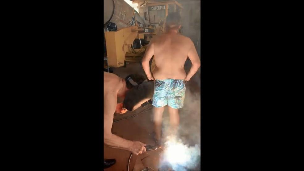 Ivo Cassol segura solda elétrica para 'tratar' amido de Covid-19 — Foto: Reprodução