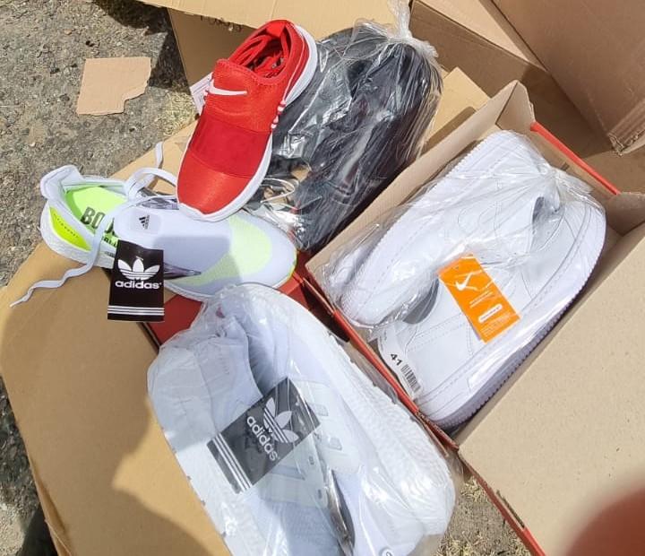 Homem é preso após ser flagrado com carga de calçados falsificados em Feira de Santana; peças estão avaliadas em R$ 500 mil