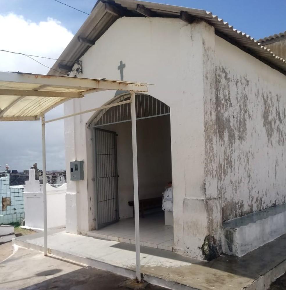 Capela onde corpo de adolescente que morreu em Pernambués está sendo velado — Foto: Pedro Correia/TV Bahia