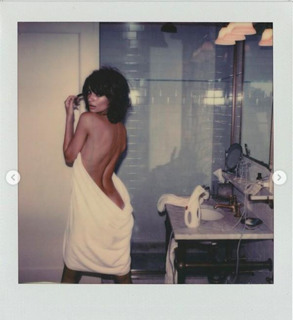 A modelo Emily Ratajkowski em ensaio dentro de um banheiro (Foto: Instagram)