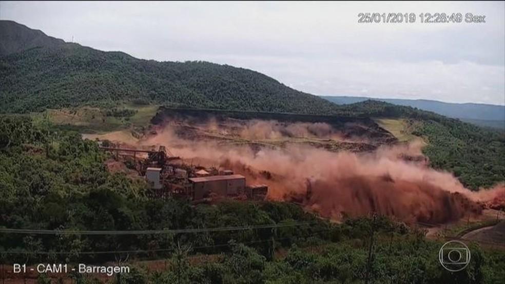 Imagens mostram momento em que barragem em Brumadinho se rompeu — Foto: Reprodução/JN