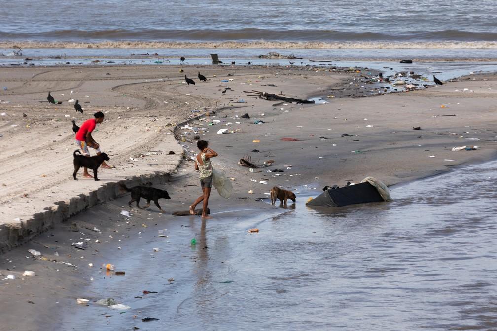 Pessoas caminham na Praia da Avenida, na região central de Maceió — Foto: Marcelo Brandt/G1