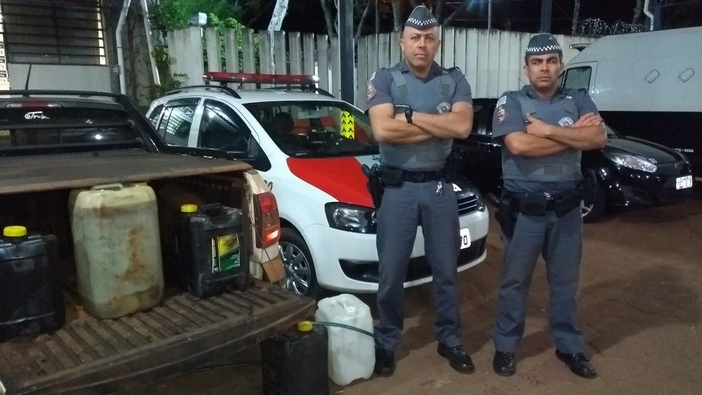 Apreensão dos galões foi feita pela Polícia Militar, que desconfiou da atitude dos homens na zona rural de Pardinho (Foto: Polícia Militar / Divulgação )