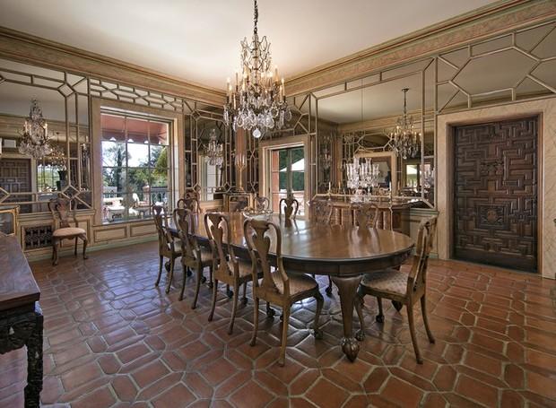 A casa possui diferentes saldas de jantar: a menor possui piso de madeira e um lustre rebuscado, enquanto a maior chega a acomodar 400 pessoas sentadas (Foto: Jim Bartsch/ Reprodução)