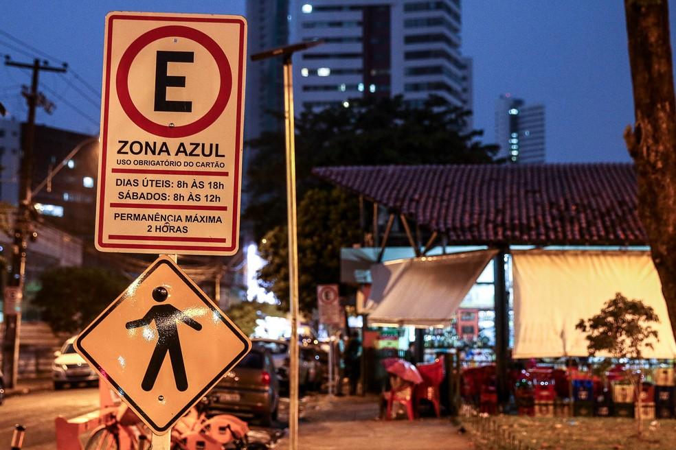 Placa da Zona Azul instalada em rua de Recife (PE) — Foto: Marcos Pastich/PCR/Divulgação