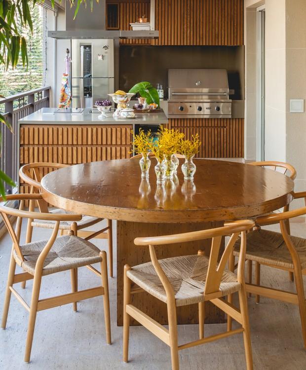 A área gourmet tem churrasqueira e um agradável espaço para as refeições  (Foto: Divulgação )