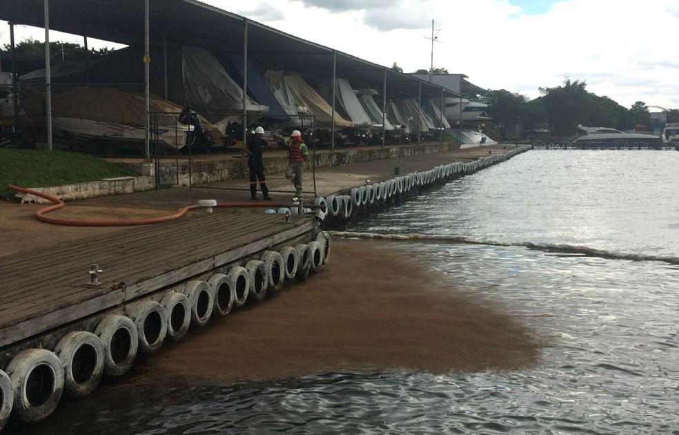 Técnicos do Ibram usam pó químico para 'puxar' vazamento de combustível no Lago Paranoá, em Brasília — Foto: Bianca Marinho/TV Globo