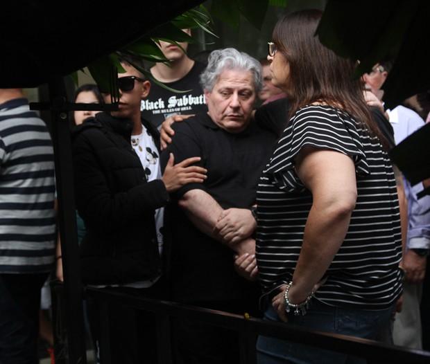 Daniel D'Angelo no enterro de Angela Maria (Foto: AgNews)