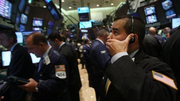 Bolsa de NY no dia em que o Lehman Brothers faliu, em 2008; diversas instituições financeiras acabaram sendo resgatadas com dinheiro público (Foto: GETTY IMAGES via BBC)
