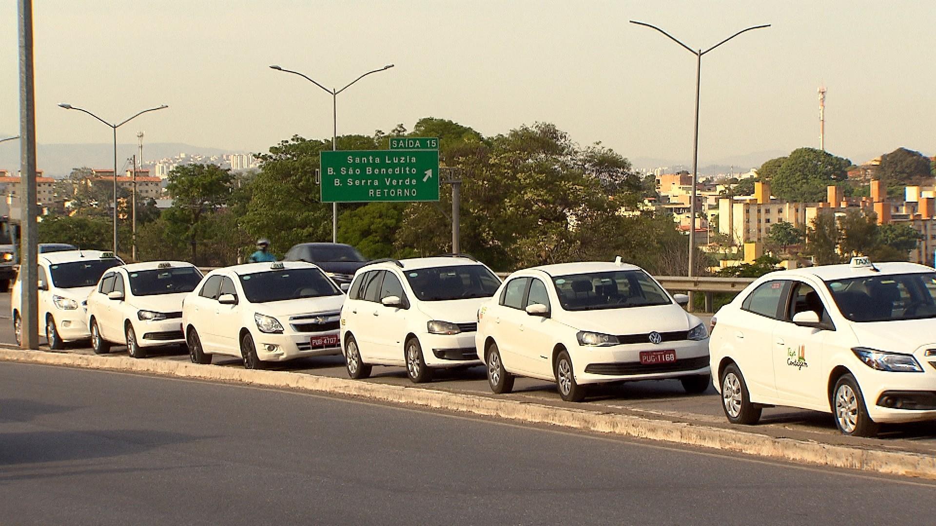 Coronavírus: táxis de BH já podem circular com divisórias entre motorista e passageiros