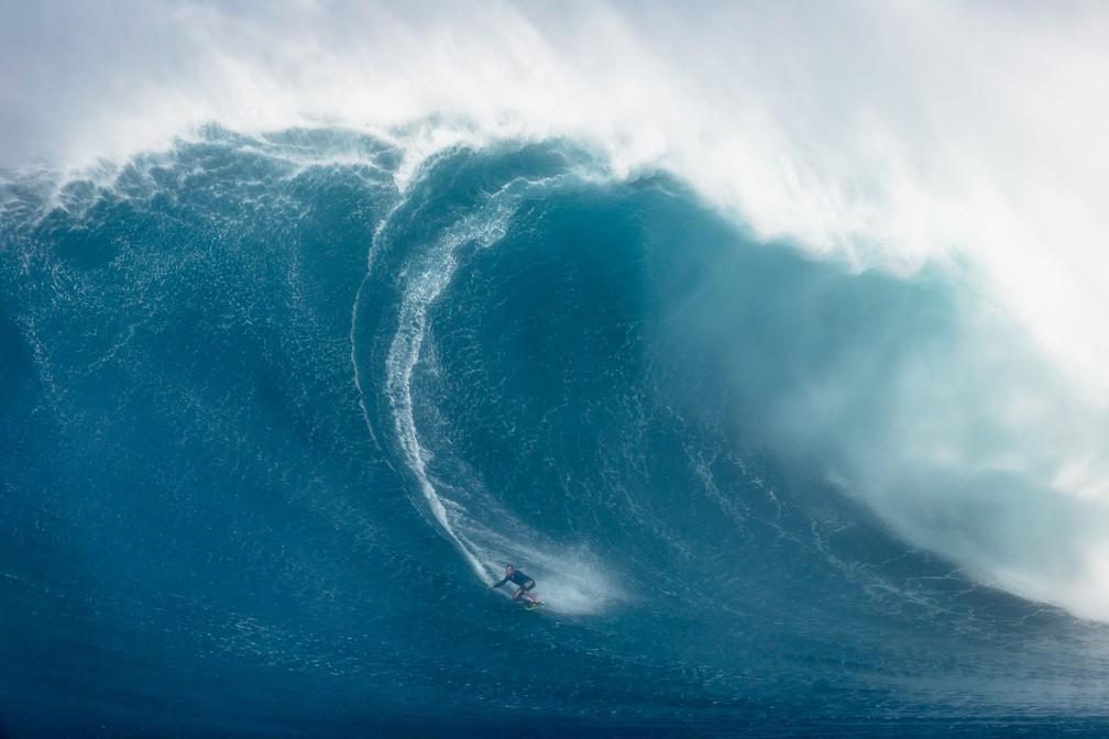 Carlos Burle pega onda gigante em Jaws — Foto: Martin Caprile/ WSL