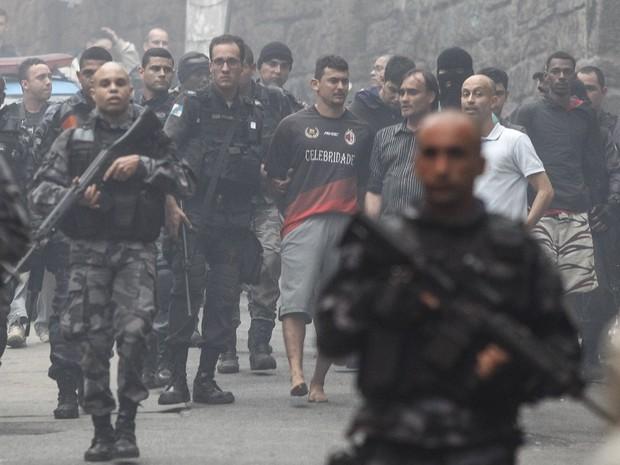 Movimentação na entrada da comunidade Pavão-Pavãozinho em Copacabana, no Rio de Janeiro, após troca de tiros  (Foto: Alexandre Brum/Agência O Dia/Estadão Conteúdo)