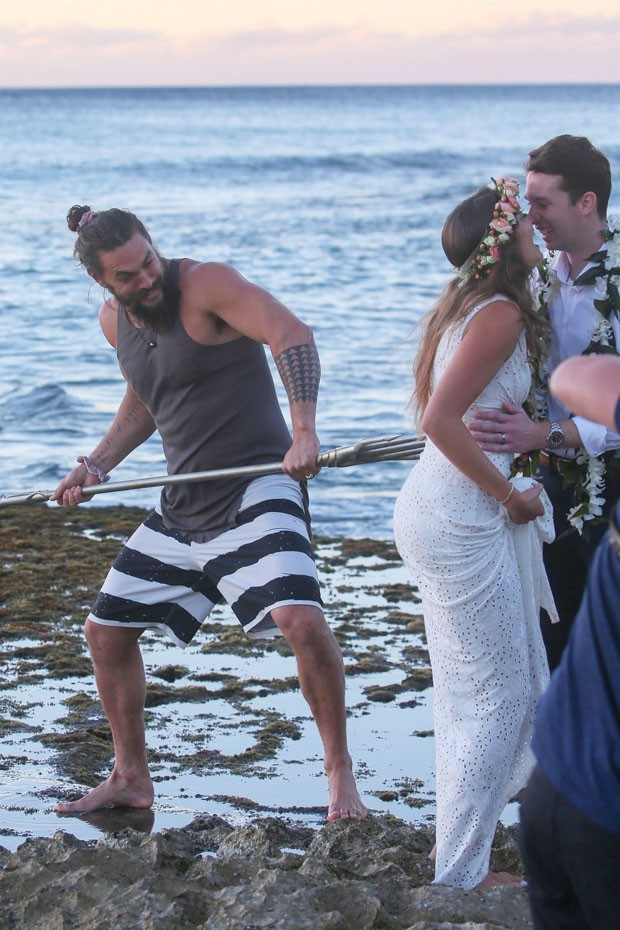 Oahu, HI  - *EXCLUSIVE*  - *WEB MUST CALL FOR PRICING* Aquaman emerges from the Pacific Ocean! Actor Jason Momoa was spotted holding his signature trident on the island of Oahu as he emerged from the Pacific Ocean. 'Aquaman' is set to be released tomorrow (Foto: Flightrisk / Crocky / BACKGRID)