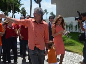 Ricardo Coutinho, candidato a reeleição no governo da Paraíba, chega com a primeira dama e o filho à secção de votação, no Cabo Branco (Foto: Wagner Lima/G1 PB)