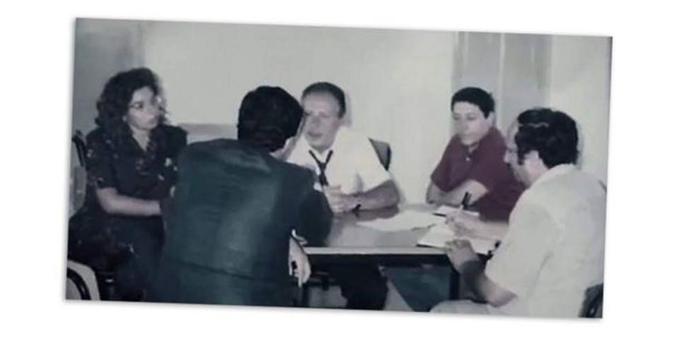 Juíza Alessandra Camassa, à esquerda, durante uma reunião com Paolo Borsellino e alguns policiais — Foto: Alessandra Camassa via BBC