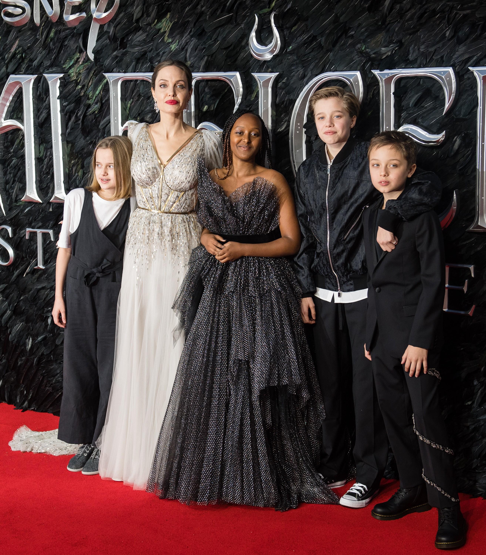 A atriz Angelina Jolie com quatro de seus seis filhos (Foto: Getty Images)