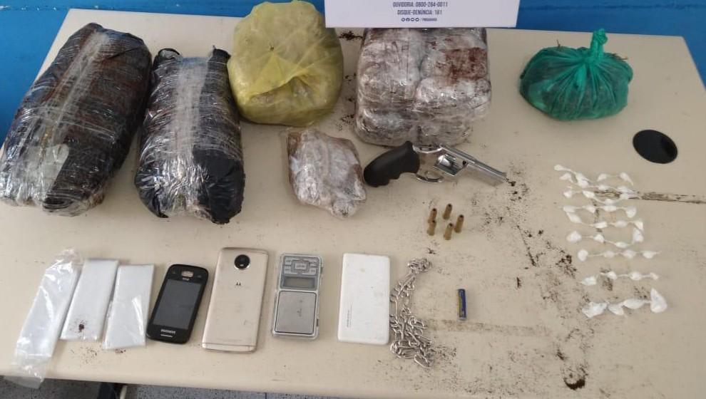Suspeito de tráfico é preso com armas e drogas após denúncia de morador em Feira de Santana