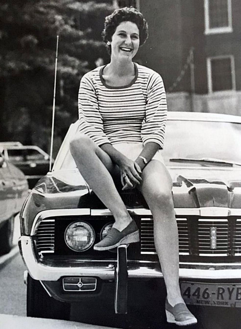 Maryann Gay em cima do carro que dirigia ao atropelar Brian. Essa foto foi tirada um ou dois anos antes do acidente (Foto: Arquivo pessoal)