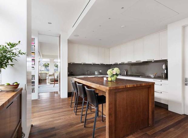A cozinha é branca e moderna (Foto: Douglas Elliman/ Reprodução)