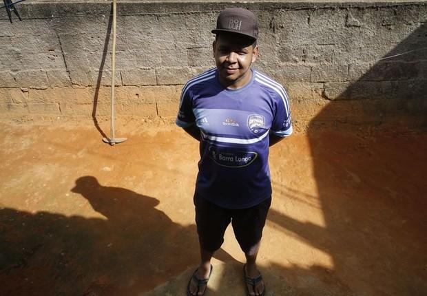 Antônio Marcos da Costa, morador de Gesteira, tem lidado com as complicaçõe na saúde de sua mãe depois do desastre em Mariana (MG) (Foto: Tânia Rêgo/Agência Brasil)