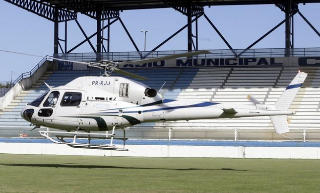 O helicóptero do secretario pousou no campo no meio do treino