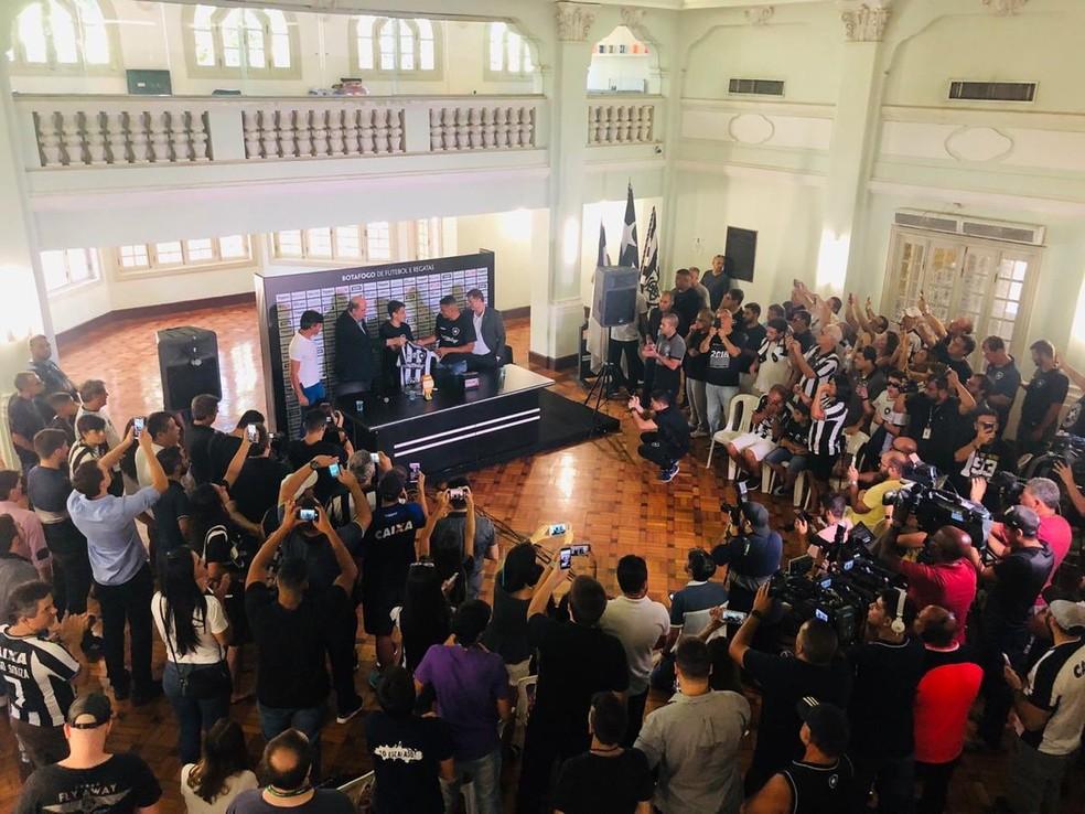 Diego Souza foi apresentado no Salão Nobre de General Severiano — Foto: Reprodução / Twitter Botafogo
