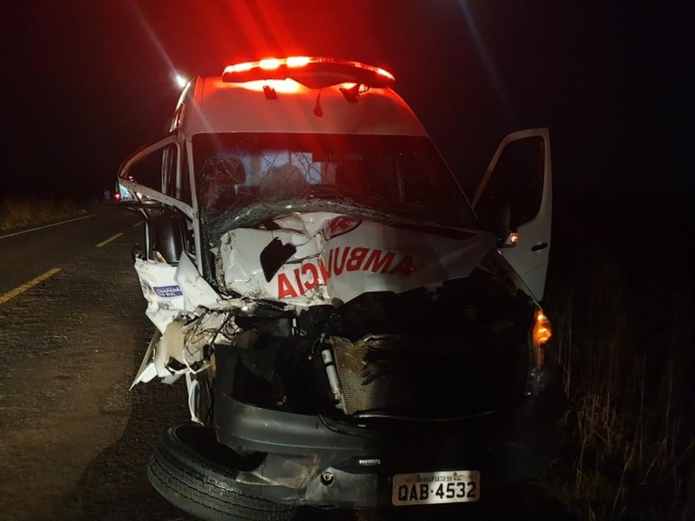 Jovem morre em colisão de ambulância com trator na BR-060, em Paraíso das Águas (MS).  Foto: Fernando Britto